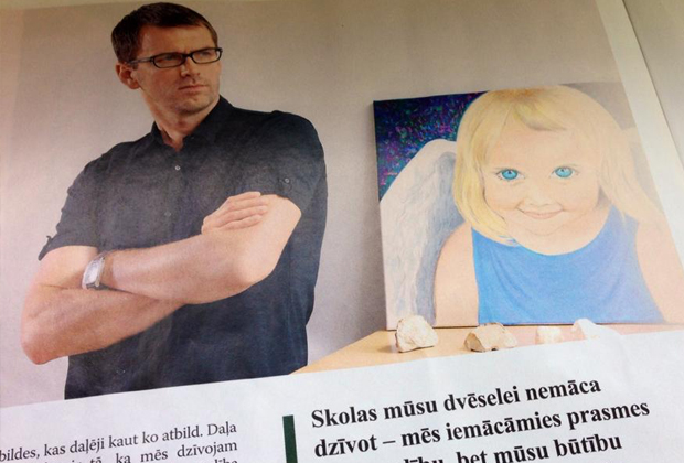 Петерис Спрогис с портретом дочери вскоре после ее смерти