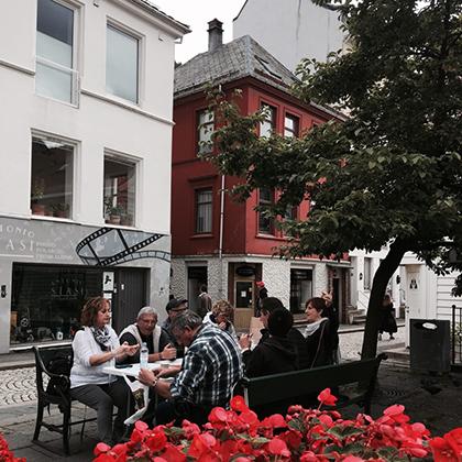 Большинство улиц Бергена покрыты идентичными белоснежными домами, из-за чего любой турист может легко заблудиться