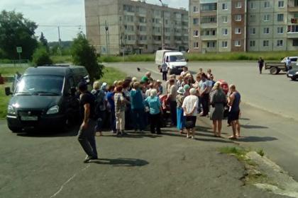 Оставшимся без воды россиянам начали выдавать ее по паспортам