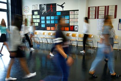 Британских школьников случайно «передали» чужим родителям