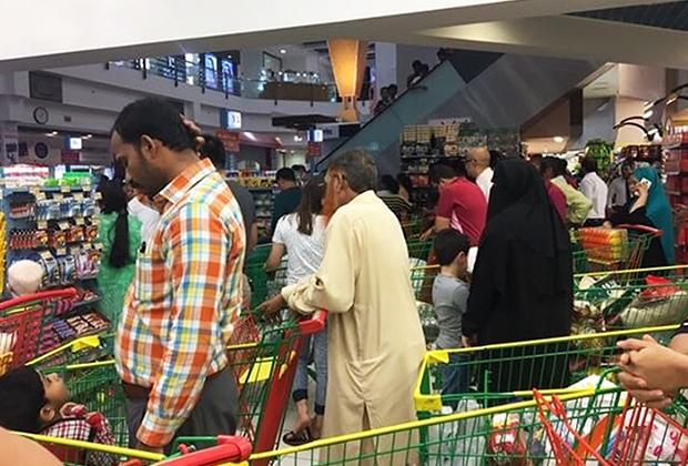 Очередь в катарском супермаркете вскоре после объявления о блокаде