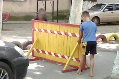 Малолетние украинцы перекрыли двор дома и матом потребовали плату за проезд