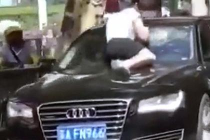Жена увидела в машине мужа любовницу и разнесла лобовое стекло