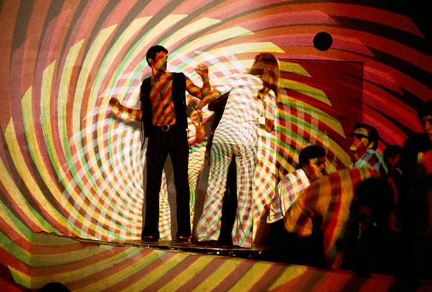 Молодая пара танцует под огни психоделического светового шоу в знаменитом ночном клубе The Electric Circus, что в нью-йоркском районе Ист-Виллидж.
