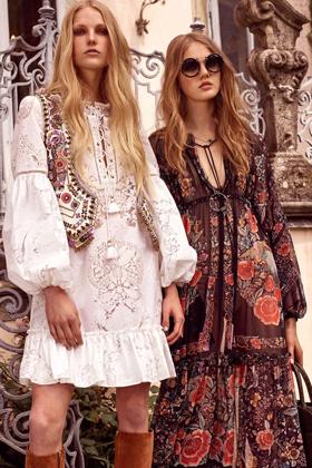 Коллекция Roberto Cavalli 2017 года как будто прибыла из прошлого. Свободные платья, расшитые жилетки, сапоги — «Лето любви» можно и повторить!