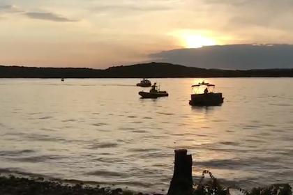 Туристическая лодка с пассажирами на борту затонула и попала на видео