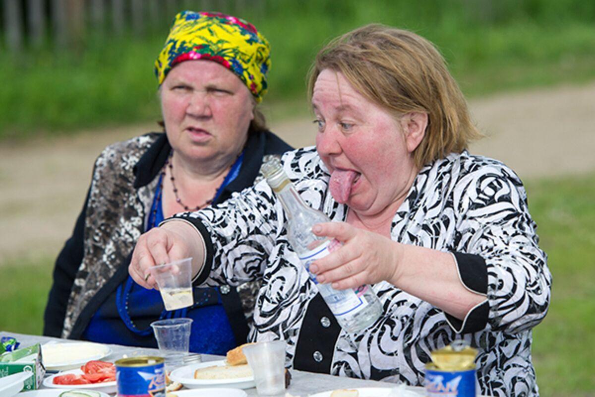 Водка — преимущество пожилых» Почему россияне столько пьют и не  останавливаются даже в старости: Общество: Россия: Lenta.ru