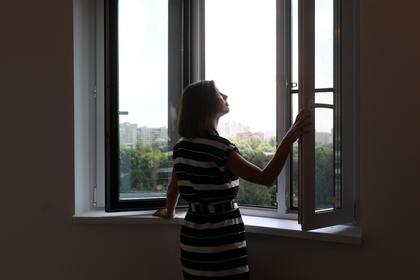 Девочка спланировала с седьмого этажа на москитной сетке