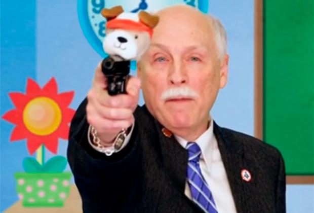 Филипп Ван Клив рекламирует оружие для детей