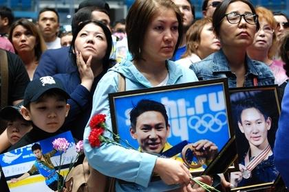 Тысячи болельщиков простились с убитым олимпийским призером Теном