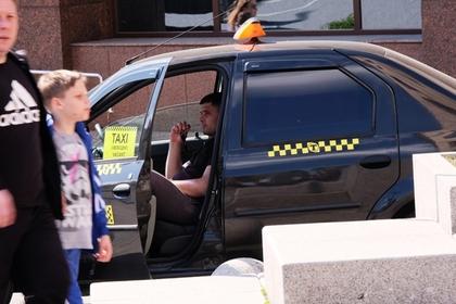 Таксист вышвырнул клиентов на трассе из-за крупной купюры