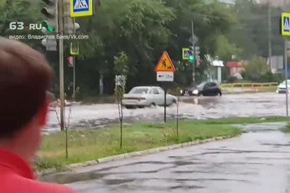 Заплыв жителей Тольятти по затопленным улицам на матрасе попал на видео