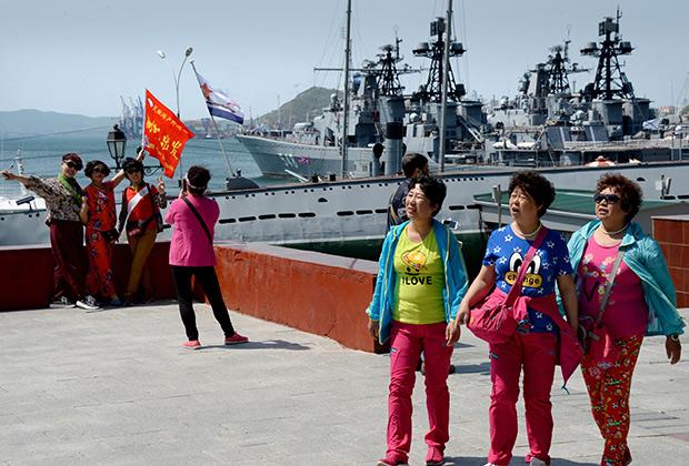 Китайские туристы на набережной города Владивостока