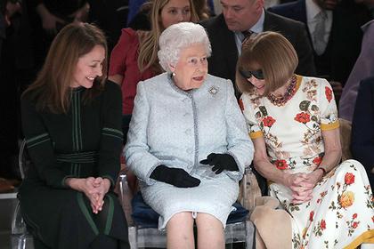 Елизавета II (в центре)
