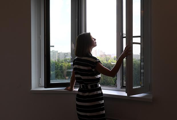 Пластиковые стеклопакеты в одной из квартир многоэтажного жилого дома по улице Изюмская, дом 55, корпус 1 (район Южное Бутово, ЮЗАО), предназначенного для переселения участников программы реновации.