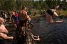 Здесь же, на болотах, есть небольшое озерцо. После матча в нем отмокают спортсмены.