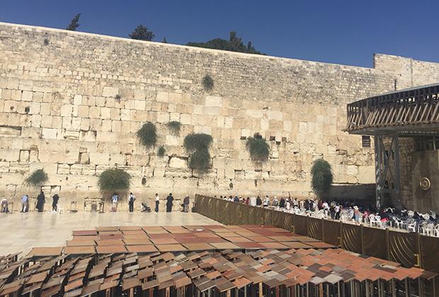 Молитвенная зона у Стены Плача разделена, как синагога, на мужскую и женскую часть