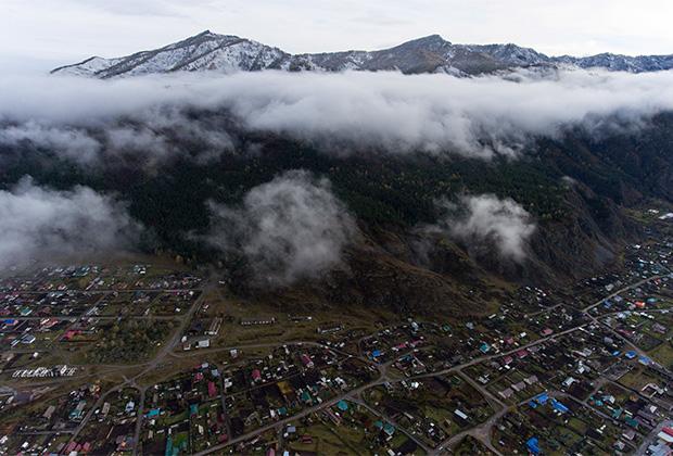 Вид на село Чемал в горах Алтая