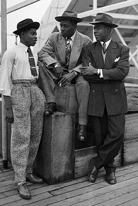Типичные представители афроамериканской околоджазовой молодежи: шляпы, широкие цветастые штаны, яркие галстуки и широкоплечие пиджаки.