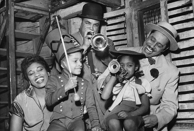 Зародившийся в негритянских кварталах джаз довольно быстро стал популярен и среди белой публики, но до эпохи свинга главными звездами все равно были черные.