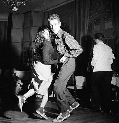 Джаз стал первым культурным явлением, которое объединило белых и черных. В 1930-е годы черным было позволено только играть для белых, а в 1940-е они уже начали играть вместе.