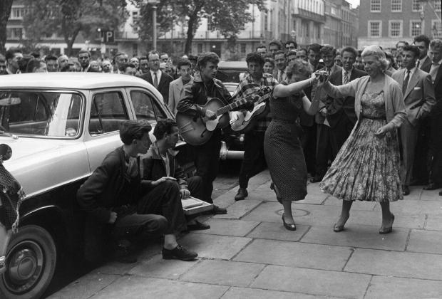 Лондонский район Сохо, 1957 год. Молодежь играет и свингует прямо на городских улицах.