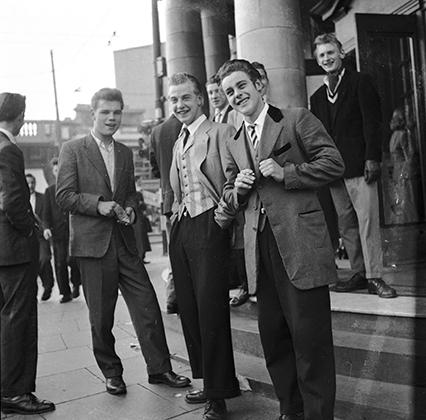 Тедди-бойз черпали свою эстетику в эдвардианской эпохе начала XX века. Длинные сюртуки, обувь на высокой подошве, костюмы-тройки и брюки-дудочки — многое из этого переняли стиляги.