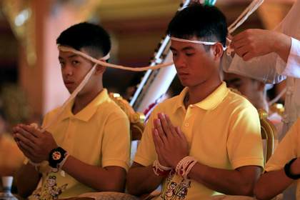 Вызволенные из пещеры в Таиланде дети стали монахами