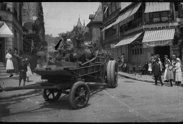 Отбытие артиллерийских войск на фронт из Парижа.