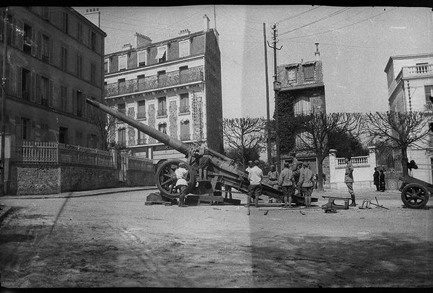 Артиллеристы осматривают тяжелое орудие перед выдвижением на фронт.
