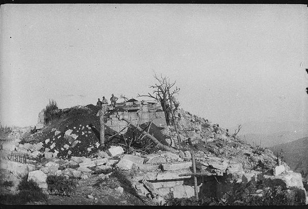 Осмотр боевых позиций, разрушенных артиллерийским огнем противника.