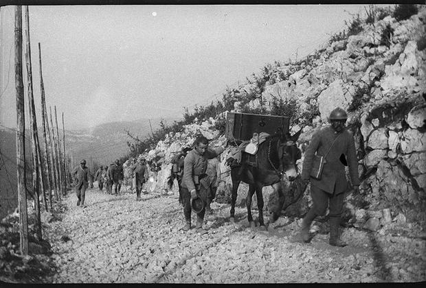 Доставка артиллерийских боеприпасов к высокогорным боевым позициям.