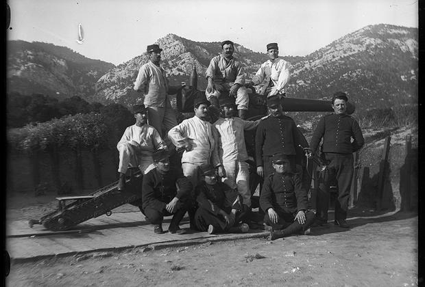 Групповой портрет артиллеристов на боевой позиции.