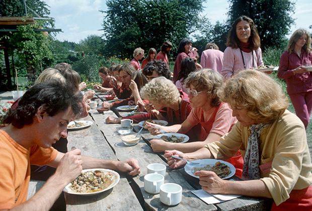 Некоторые санньясины после пребывания в ашраме Бхагвана основывали медитационные центры на родине