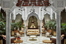 Сделанный по заказу короля Мохаммеда VI трехэтажный отель Hotel Mansour выглядит действительно по-королевски: позолоченные стены, ониксовые полы, мрамор и плитка с замысловатым узором. Только вот информация о самом дорогом номере Grand Riad, проживание в котором стоит 2,7 миллиона рублей за ночь, строго засекречена: чтобы хоть одним глазком взглянуть на официальную страницу люкса в интернете, необходимо ввести пароль.