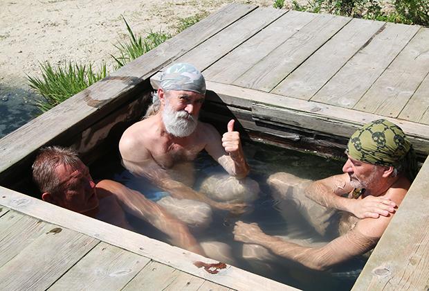 Сернистый источник на берегу Байкала. Вода +46 градусов