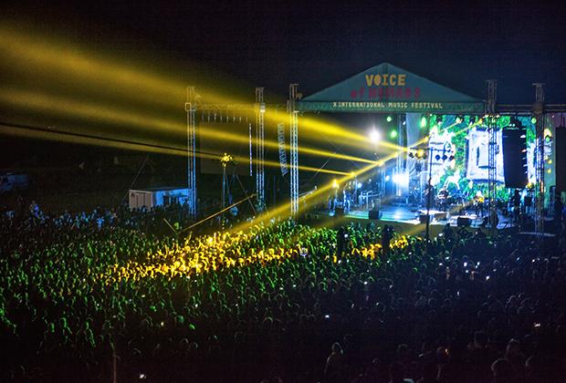 Большая сцена фестиваля «Голос кочевников» ночью