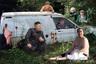 Автор аккаунта также постоянно воскрешает давно забытых героев, превращая их в мемы. Справа за фургоном из кустов возникают Говард и Марина — персонажи самого длинного комедийного сериала «Бабье лето», который завершился в 2010 году.