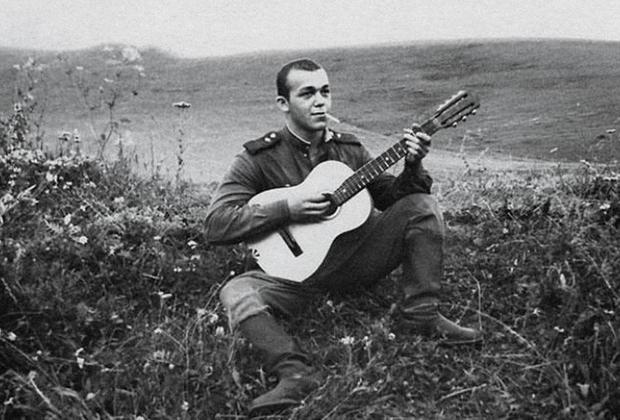 Рядовой Иосиф Кобзон играет на гитаре. 1958 год.