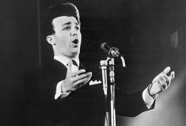 Польская Народная Республика, город Сопот, 1964 год. Иосиф Кобзон выступает на IV Международном фестивале песни. Тогда певец получил премию Союза польских артистов и композиторов за лучшую народную песню.