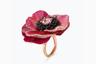 Титан, впервые введенный в haute joaillerie Уоллисом Ченом, захватывает все более прочные позиции в высоком ювелирном мире. Нынешняя глава дома Boucheron Клэр Шуан предложила серию колец из титана и золота с натуральными стабилизированными цветочными лепестками. Каждое из них уникально, есть орхидеи, анемоны и маки. Этот мак украшает овальный сапфир падпараджа весом более 4 карат, черные шпинели и паве из лиловых и желтых сапфиров.