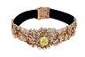 Модное колье-«ошейник» из желтого и розового золота украшает крупный желтый бриллиант. Оно названо в честь гипюра — узорного орнаментального кружева.
