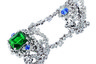 Сестринские кольца на две фаланги из белого золота, названные в честь бархата — Velours — соединяют прихотливые цепочки. Большее кольцо украшает изумруд огранки «эмеральд» и синяя шпинель, меньшее — только синяя шпинель.