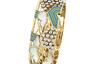 Еще один пример органичного слияния ориентальных мотивов и стиля ар-деко. Браслет из желтого золота и платины украшен перламутром, голубым и зеленым лаком и бриллиантами.