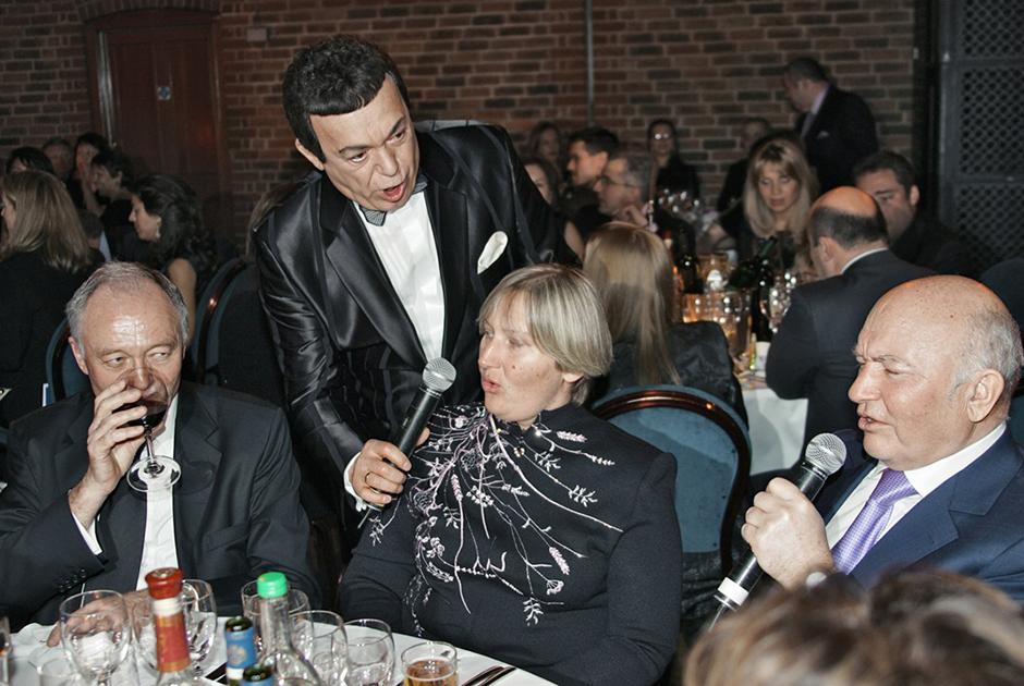 Бывший мэр Лондона сэр Кен Ливингстон, Иосиф Кобзон и бывший мэр Москвы Юрий Лужков с женой Еленой Батуриной во время благотворительного ужина, посвященного старому Новому году по русскому обычаю в ресторане The Brewery. Лондон, 2006 год.
