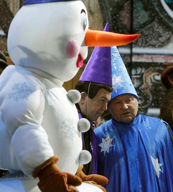Кобзон и Лужков, наряженные в волшебников, на новогоднем празднике в Москве. 2009 год.