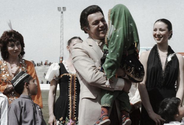 Певец Иосиф Кобзон (с девочкой на руках) выступает на стадионе в Кабуле. Май 1985 года. В то время в стране разворачивалась афганская война.