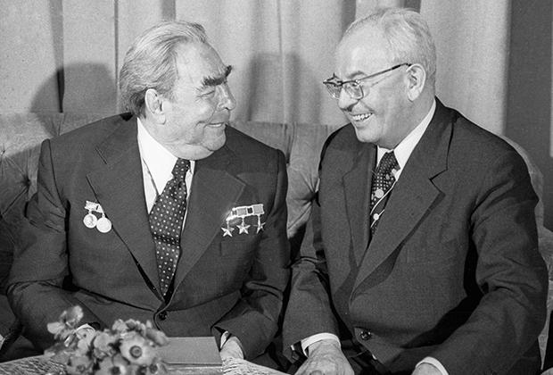 Генеральный секретарь ЦК КПСС, председатель Президиума Верховного Совета СССР Леонид Ильич Брежнев (слева) и Президент ЧССР Густав Гусак