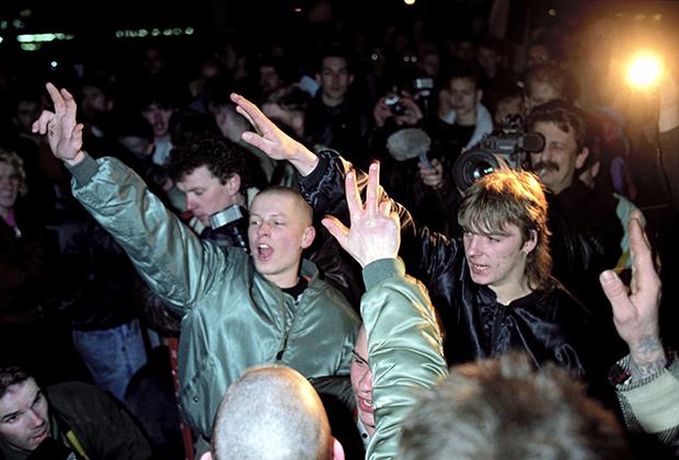Члены неофашистских формирований в ГДР. Март, 1990