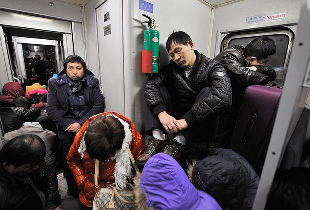 В поездах китайцы почти никогда не покупают билет в купе — для них это непозволительная роскошь. Только плацкарт, только хардкор! Да и плацкартом обычные вагоны не назовешь: в них вместо кресел с обивкой стоят деревянные лавки, на которые даже сесть удается не всегда. Но упертые китайцы все равно залезают в набитый битком поезд, несмотря на то, что стоя придется ехать дня три. Перспектива не спать две ночи или задремать в вертикальном положении, облокотившись на плечо соседа, их совершенно не смущает.